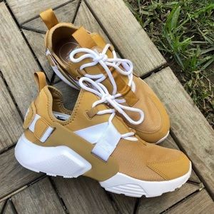 Nike Women's Air Huarache City Low Sze 6